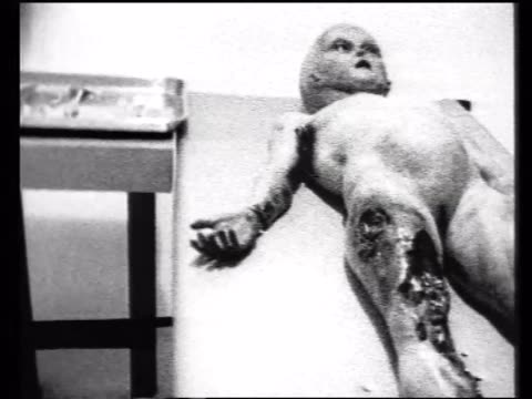 vídeos de stock, filmes e b-roll de alien laying on autopsy table - ufo