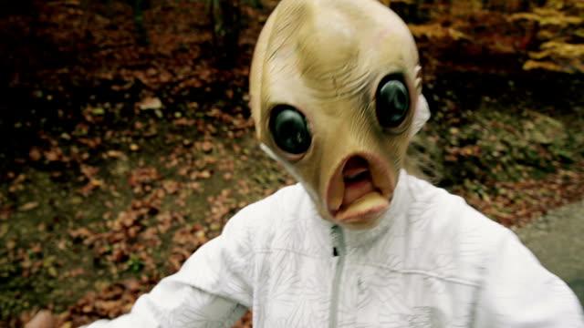 vídeos de stock e filmes b-roll de alien máscara - extraterrestre