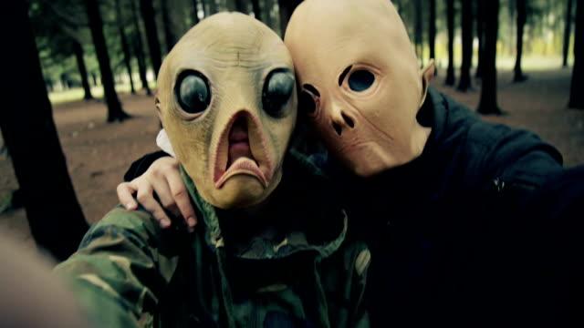 vídeos de stock e filmes b-roll de alien mask. - extraterrestre