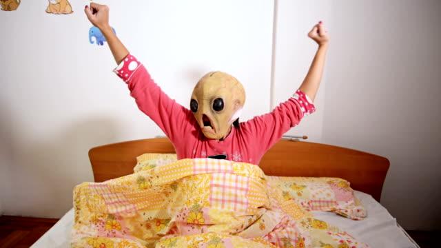 alieno maschera - travestimento video stock e b–roll