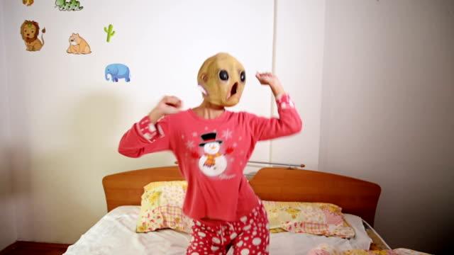 vídeos de stock, filmes e b-roll de alien máscara - alienígena
