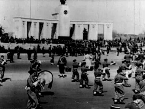 vídeos de stock, filmes e b-roll de alies' troops marching in berlin near brandenburg gate - forças aliadas