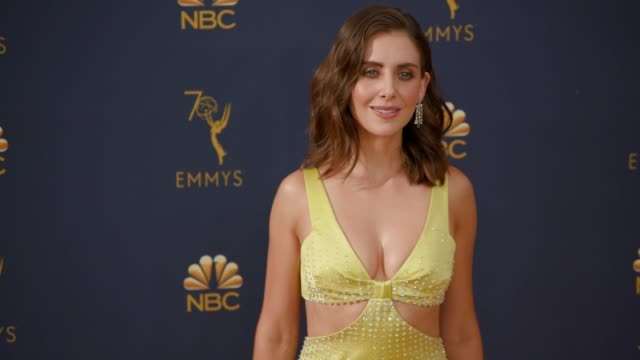 vídeos de stock, filmes e b-roll de alison brie at the 70th emmy awards arrivals at microsoft theater on september 17 2018 in los angeles california - 70th annual primetime emmy awards