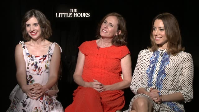 stockvideo's en b-roll-footage met interview alison brie molly shannon and aubrey plaza on how to describe the film what it's about any awkward scenes or crazy moments on set... - naakte meisjes
