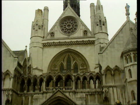 taylor sisters appeal itn high court gv high court tilt cs sign 'royal courts of justice' - inghilterra video stock e b–roll