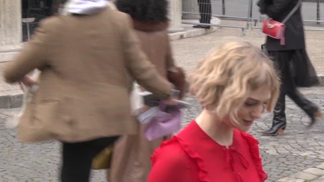 vídeos y material grabado en eventos de stock de alison sudol arrives at the miu miu show as part of the paris fashion week womenswear fall/winter 2018/2019 on march 6, 2018 in paris, france. - vestimenta para mujer
