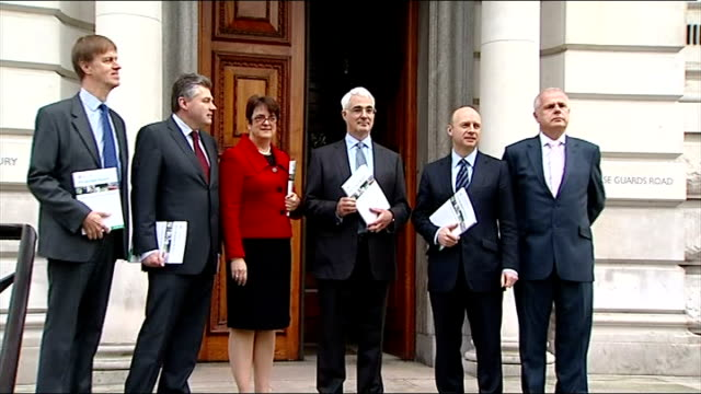 alistair darling outside treasury with prebudget report england london whitehall hm treasury ext alistair darling mp walks out of the treasury and... - 財務省ビル点の映像素材/bロール