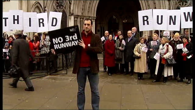 alistair mcgowan at front of group of protestors alistaer mcgowan interview sot - what about the millions of people who live in that flight path /... - アリステア マクゴワン点の映像素材/bロール