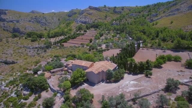 Rund um Luftaufnahme der Einsiedelei Ermita de Betlem in den Bergen von Artà (Serra Artana oder Massís d'Artà) der Balearen Mallorca / Spanien