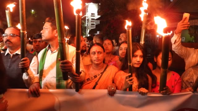 vídeos de stock e filmes b-roll de all assam students union members and supporters participate in a torch light rally to protest against citizenship bill, in guwahati, india thursday,... - cidadão