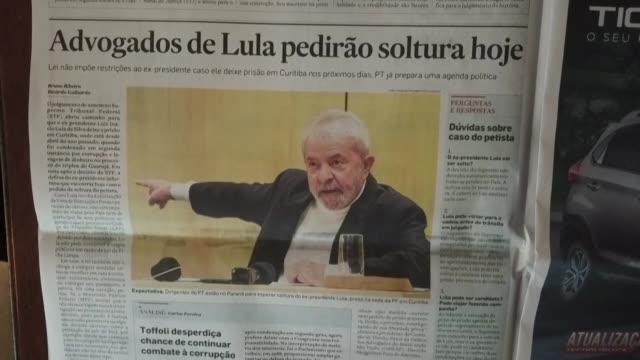 vídeos de stock, filmes e b-roll de all brazilian newspapers lead with the possible release of jailed ex president luiz inacio lula da silva after a supreme court decision - lançar
