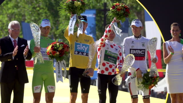 all four prize winners on the podium on the champs elysees on stage 20 of 2012 tour de france - ツール・ド・フランス点の映像素材/bロール