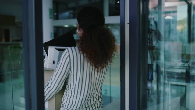 vídeos de stock e filmes b-roll de all good things must come to an end - trabalhadora de colarinho branco
