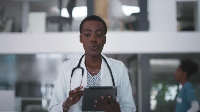 alla hennes patienters filer är lättillgängliga på denna awesome tech - kvinnlig läkare bildbanksvideor och videomaterial från bakom kulisserna