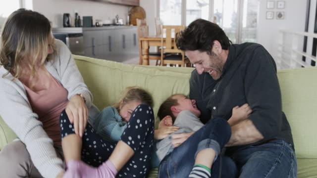 すべての子供たちが望むのは愛されることです - 土曜日点の映像素材/bロール
