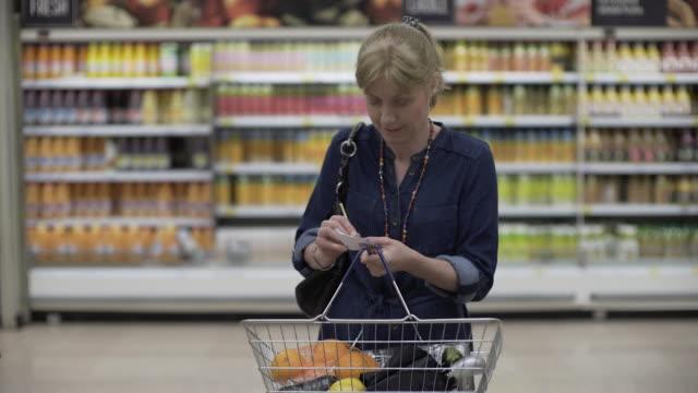 vidéos et rushes de all lost in a supermarket - être perdu