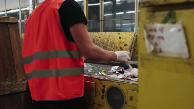すべての金属製のアイテムを削除する必要があります。 - リサイクル工場点の映像素材/bロール