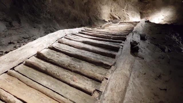 vídeos y material grabado en eventos de stock de all mines need regular reinforcement against collapse and hallstatt the world's oldest salt mine perched in the austrian alps is no exception - cultura austríaca