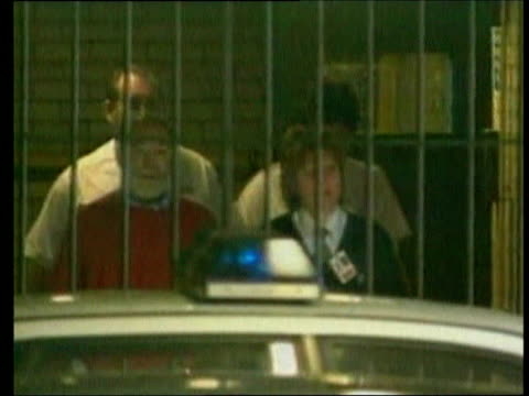 suspension call lib manchester tameside magistrates court dr harold shipman from door with guards to prison van as ducks to avoid being seen - gefängnisausbruch stock-videos und b-roll-filmmaterial