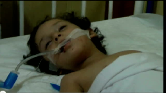 vidéos et rushes de alleged chemical weapon attacks: new video emerges / survivors smuggled to jordan; syria: damascus: douma: int young girl in a coma following... - armement