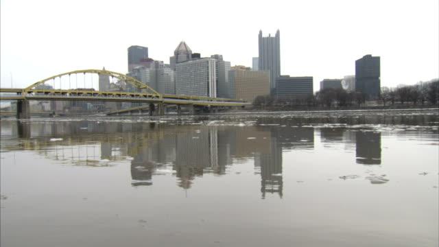 vídeos y material grabado en eventos de stock de allegheny river w/ some small floating ice fort duquesne bridge downtown pittsburgh skyline bg pa ohio river - río ohio