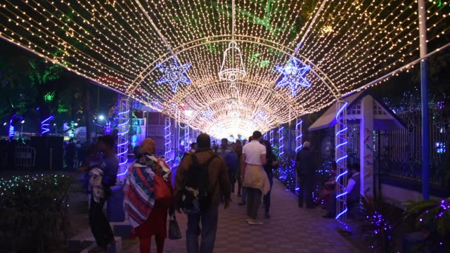 vídeos y material grabado en eventos de stock de allen park in park street area of kolkata is decked with beautiful lights and light tunnel to celebrate christmas 2019 in the city. - calcuta