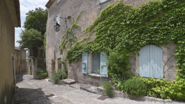 alley in mountain village bonnieux - luberon stock-videos und b-roll-filmmaterial