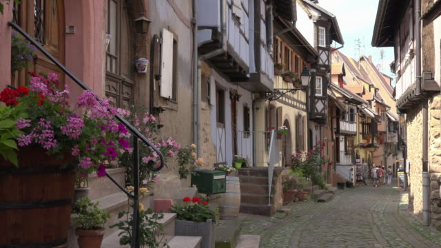 alley with half-timbered house in a picturesque village - ヨーロッパ点の映像素材/bロール