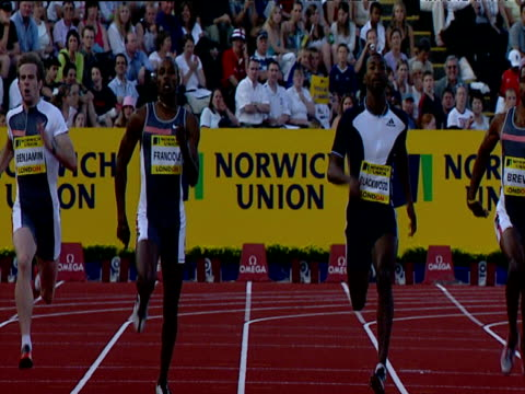 vídeos de stock e filmes b-roll de alleyne francique being pushed all the way to the finish by michael blackwood as he wins men's 400m, francique and blackwood embrace, 2004 crystal... - concorrente