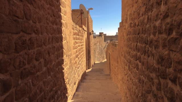vídeos de stock, filmes e b-roll de becos da velha mardin, turquia - arcaico