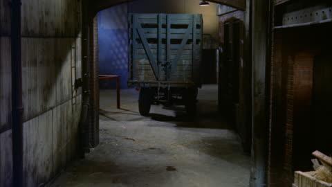 vidéos et rushes de ms alleyway between buildings cattle truck - enlever