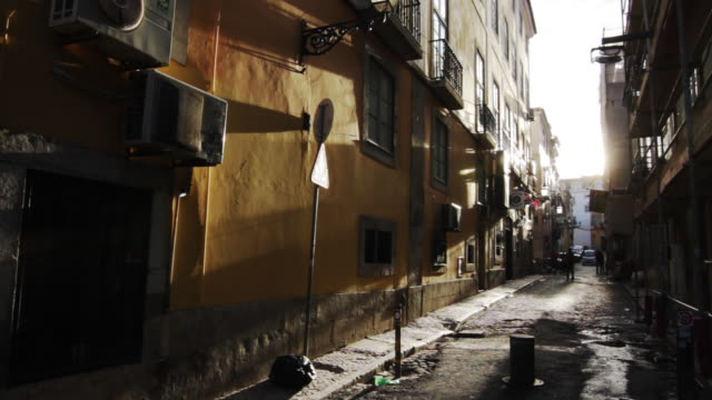 vídeos de stock e filmes b-roll de alleyway in portugal - parado
