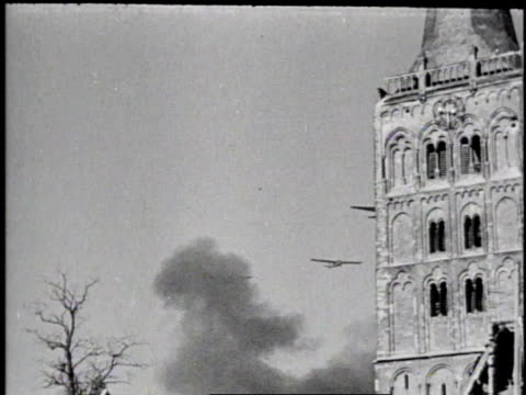 vídeos y material grabado en eventos de stock de allied bombers flying low over destroyed city only the church spire remaining / germany - ataque con bomba