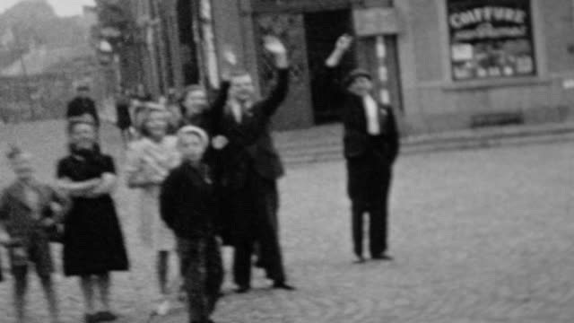 stockvideo's en b-roll-footage met / allied convoys move through the streets of paris / crowds of civilians line the streets to cheer / crossing the seine river / liberation of paris... - geallieerde mogendheden