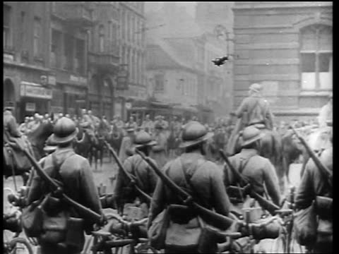 vídeos de stock e filmes b-roll de allied forces march on horseback in germany / soldiers in foreground / end of ww i / newsreel - 1919