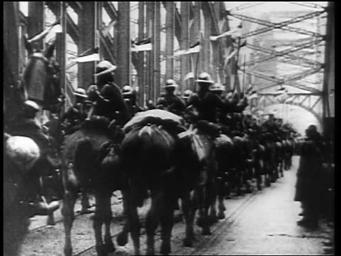 vídeos de stock e filmes b-roll de allied forces marching on horseback over bridge at end of ww i / germany / news - 1919