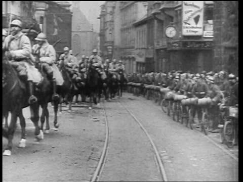 vídeos de stock e filmes b-roll de allied forces parading thru city street on horseback in germany at end of world war i - 1919