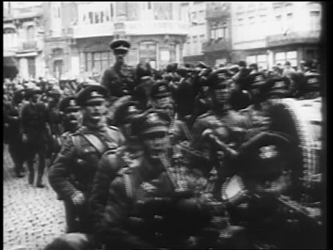 vídeos de stock e filmes b-roll de allied officers marching thru city streets at end of world war i / germany / newsreel - 1919
