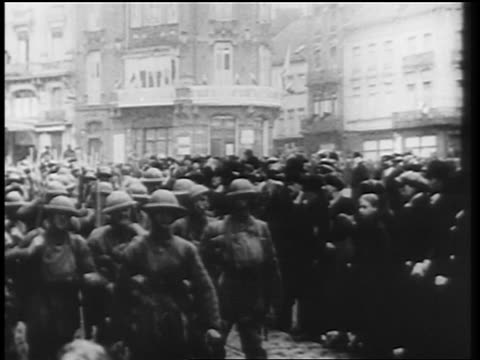 vídeos de stock e filmes b-roll de allied soldiers marching thru city streets at end of world war i / germany / newsreel - 1919