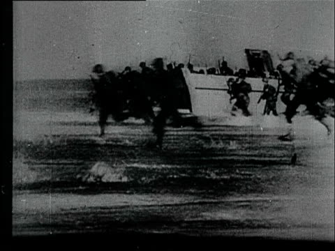 vidéos et rushes de allied troops are under heavy fire on the beach of normandy the city caen is destroyed and the inhibitants flee german soldiers take prisoners of war - prisonnier de guerre