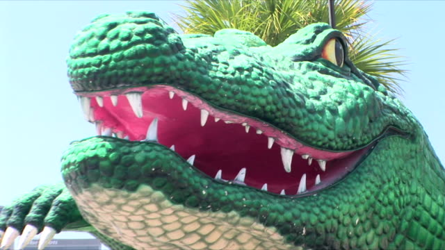 cu zo ws alligator mardi gras float with downtown in background, new orleans, louisiana, usa - festwagen stock-videos und b-roll-filmmaterial