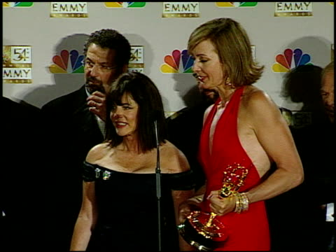 allison janney at the 2002 emmy awards press room at the shrine auditorium in los angeles, california on september 22, 2002. - shrine auditorium 個影片檔及 b 捲影像