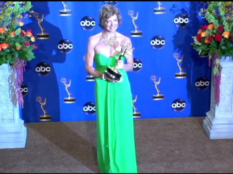 vídeos y material grabado en eventos de stock de allison janney, winner of outstanding lead actress in a drama series for 'the west wing' at the 2004 primetime emmy awards press room at the shrine... - premio emmy anual primetime