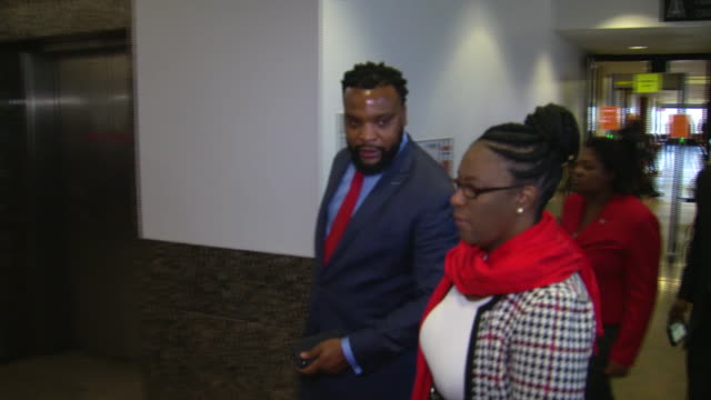 allison jean, mother of shooting victim botham jean, arrives at the murder trial of amber guyger with lawyer lee merritt in dallas, texas. - crime or recreational drug or prison or legal trial点の映像素材/bロール