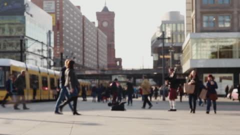 vídeos y material grabado en eventos de stock de alltagsleben auf dem berliner alexanderplatz - berlín