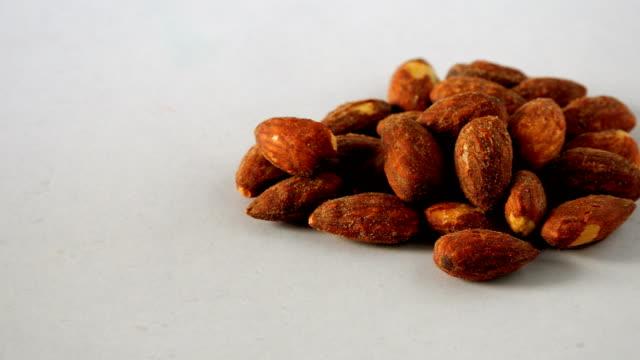 vidéos et rushes de graine de amande - aliment en portion