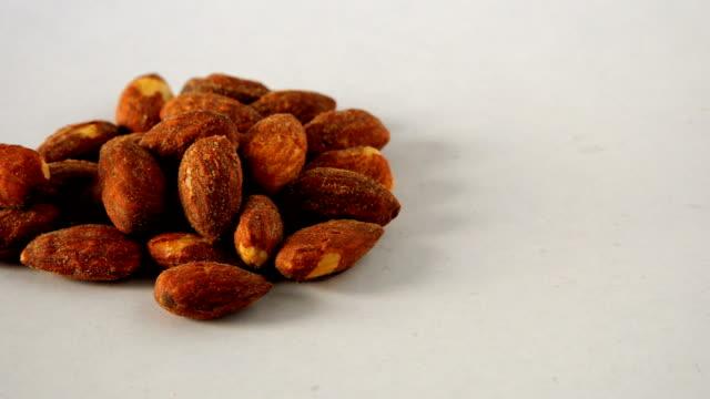 vidéos et rushes de graine de amande - raisin sec