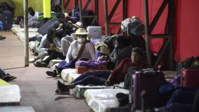 vídeos de stock e filmes b-roll de almost 800 bolivians will undergo a quarantine in the chilean city of iquique after the governments of chile and bolivia agreed to allow them to... - américa latina