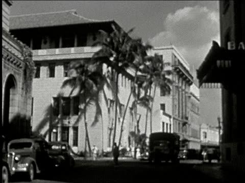 vídeos de stock e filmes b-roll de aloha lighthouse tower and wharf marketplace building, pedestrian tourists cross street / downtown honolulu, palm trees, buses / king kamehameha... - aloha