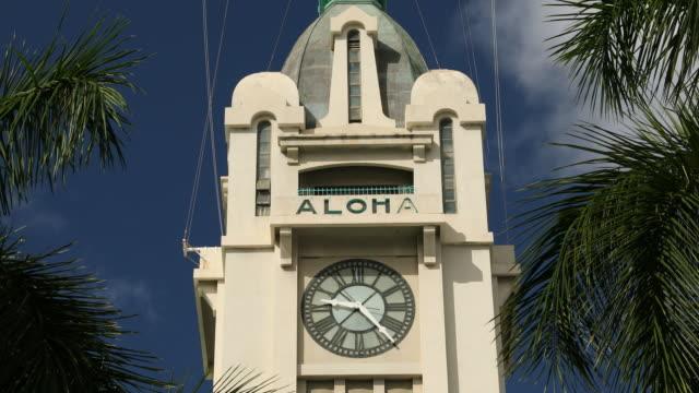 vídeos de stock e filmes b-roll de aloha tower in downtown honolulu hawaii - aloha
